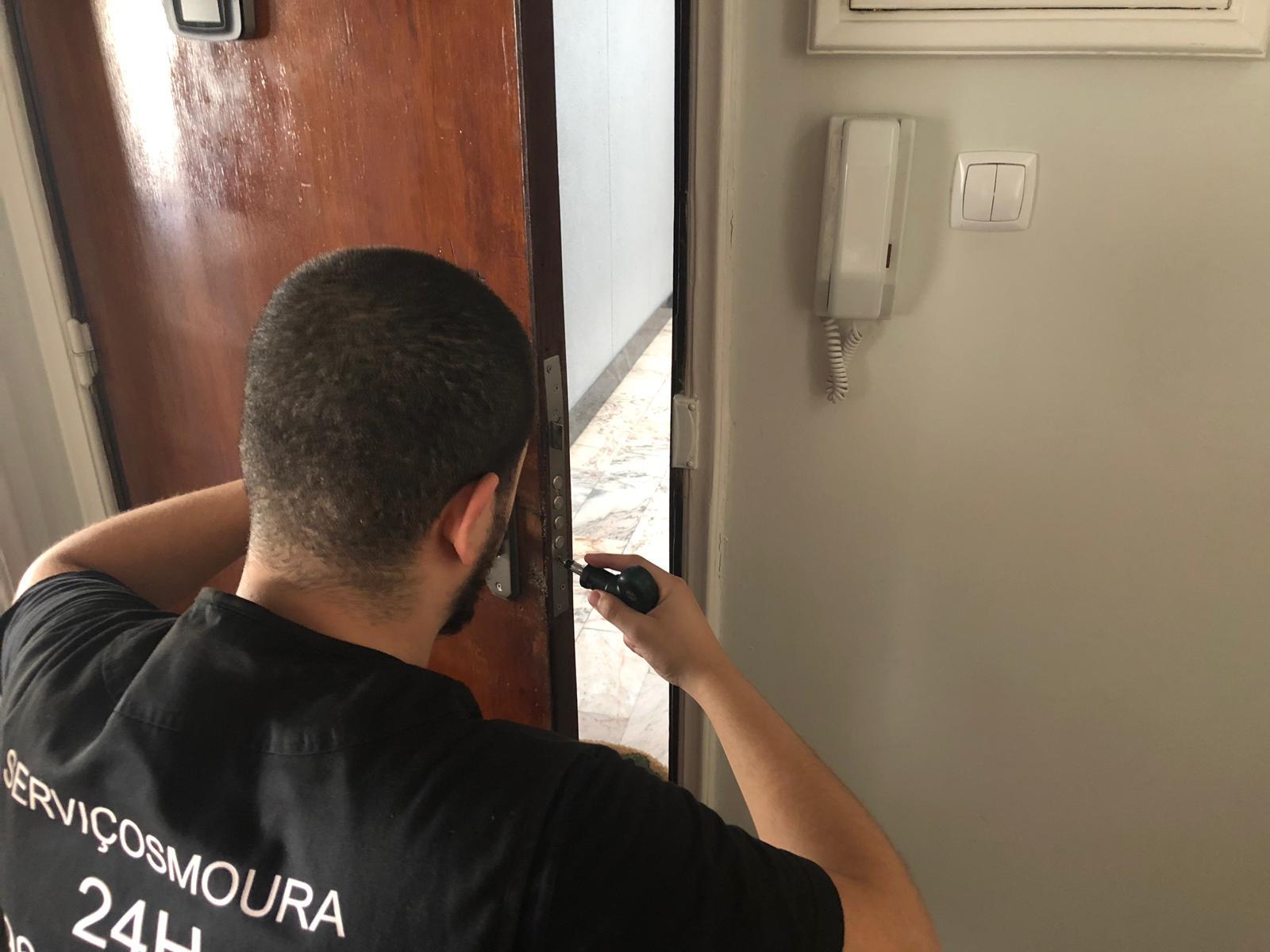 tecnico de abertura de portas a fazer uma reparação