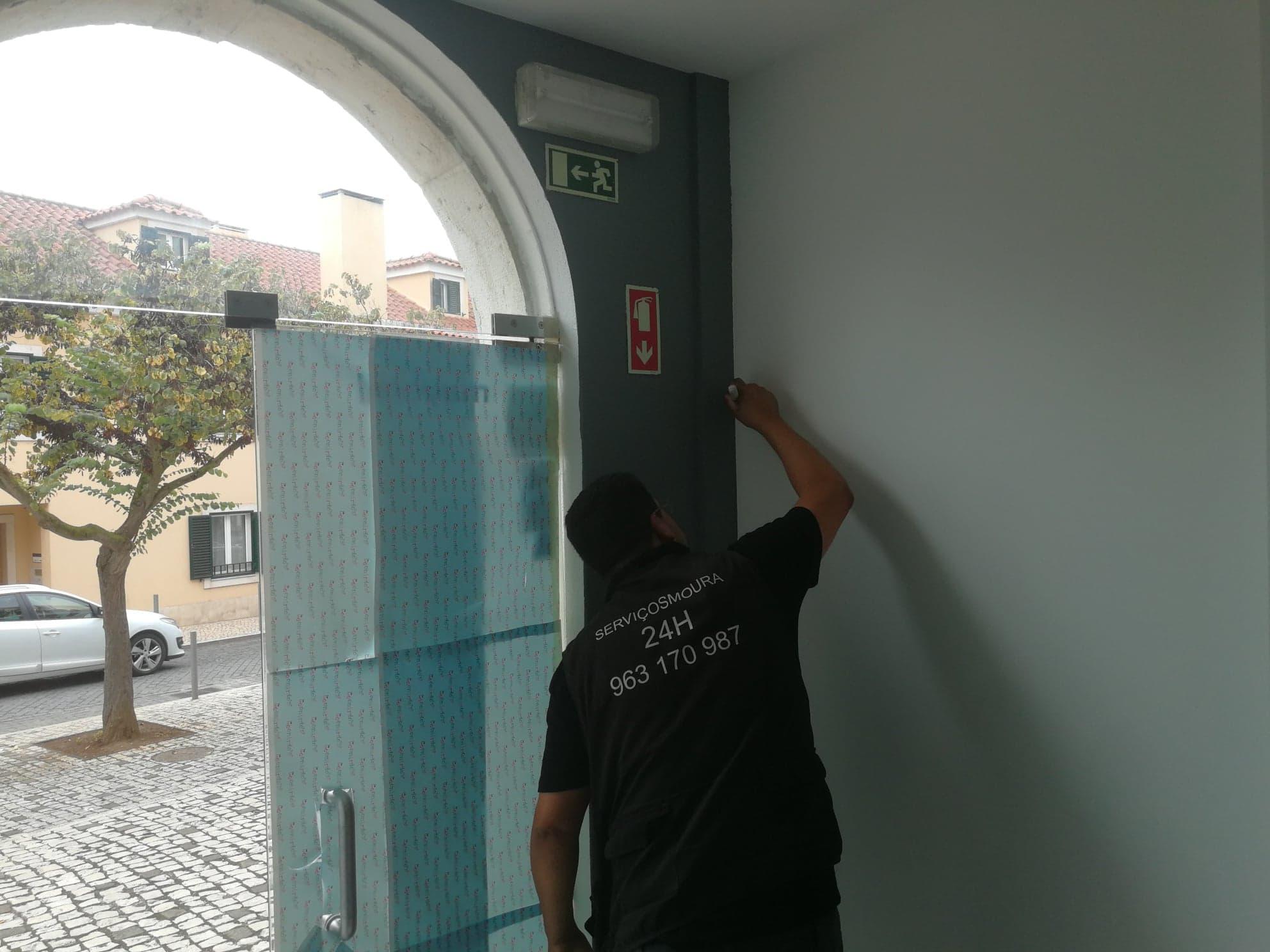 profissional a pintar uma parede